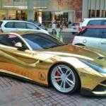 Ferrari F12 в золотой обвертке