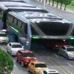 Разработанный в Китае автобус ездит над автомобилями (видео)