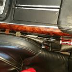 Как предотвратить падение предметов сбоку передних сидений?