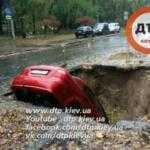 В Киеве водитель отказывается забирать провалившийся в яму автомобиль