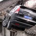 Honda CR-V заехал на крышу дома