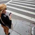 Пешеходам могут запретить пользоваться телефонами при пересечении дороги