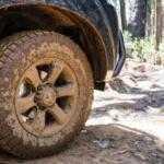 Почему необходимо снижать давление в шинах при движении по бездорожью?