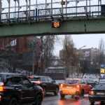 В Киеве электронное табло над дорогой покажет скорость автомобилей