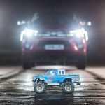 Пятнадцать игрушечных машинок отбуксировали пикап Toyota (видео)