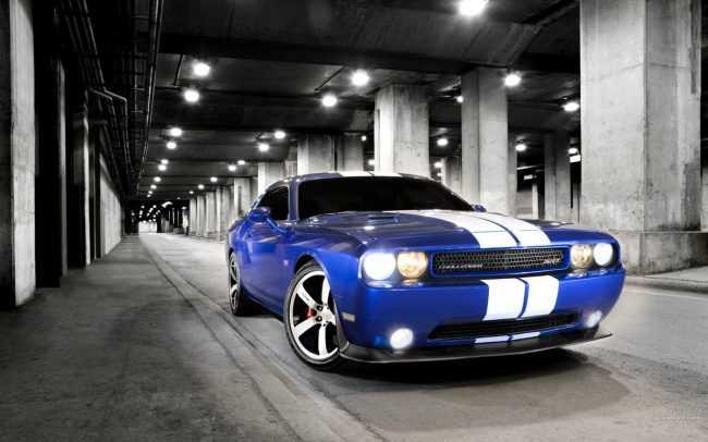 Синий автомобиль с белыми полосками