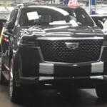 Новые шпионские фото 2021 Cadillac Escalade прямо со сборочной линии