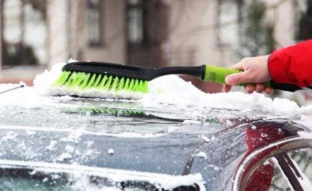 Чистим автомобиль от снега