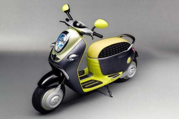 Желтый скутер